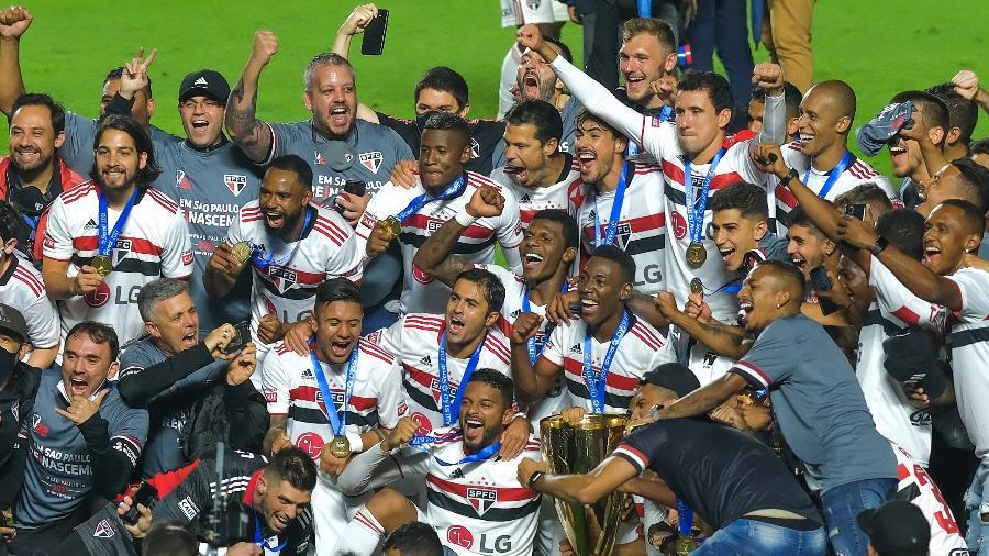 Jogadores do São Paulo com a taça do Campeonato Paulista 2021 - Marcello Zambrana/AGIF