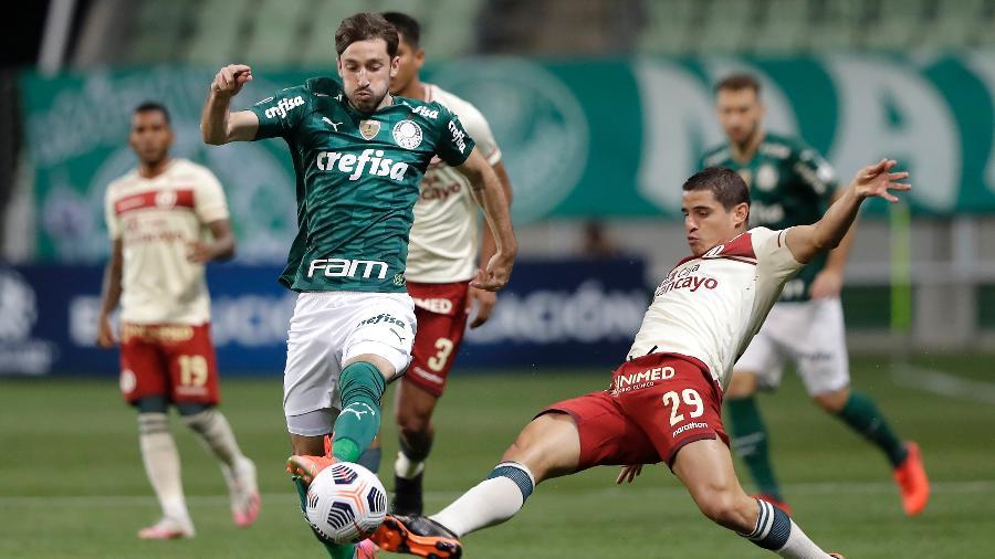 Matías Viña disputa lance no jogo entre Palmeiras e Universitario na Libertadores - Andre Penner - Pool/Getty Images