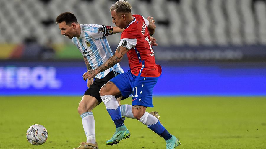 Messi disputa a bola com Vargas em partida entre Argentina e Chile pela Copa América no Rio de Janeiro - Thiago Ribeiro/AGIF