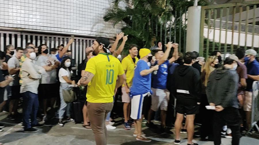 Aglomeração de torcedores na porta do Maracanã foi vista antes da final entre Brasil e Argentina - Gabriel Carneiro/UOL