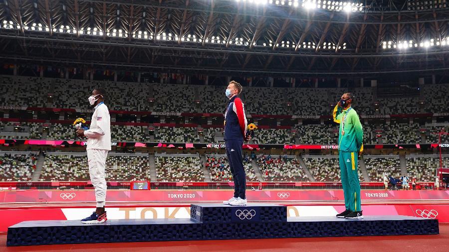 Alison no pódio na premiação dos 400m com barreiras, nos Jogos Olímpicos de Tóquio - REUTERS/Aleksandra Szmigiel