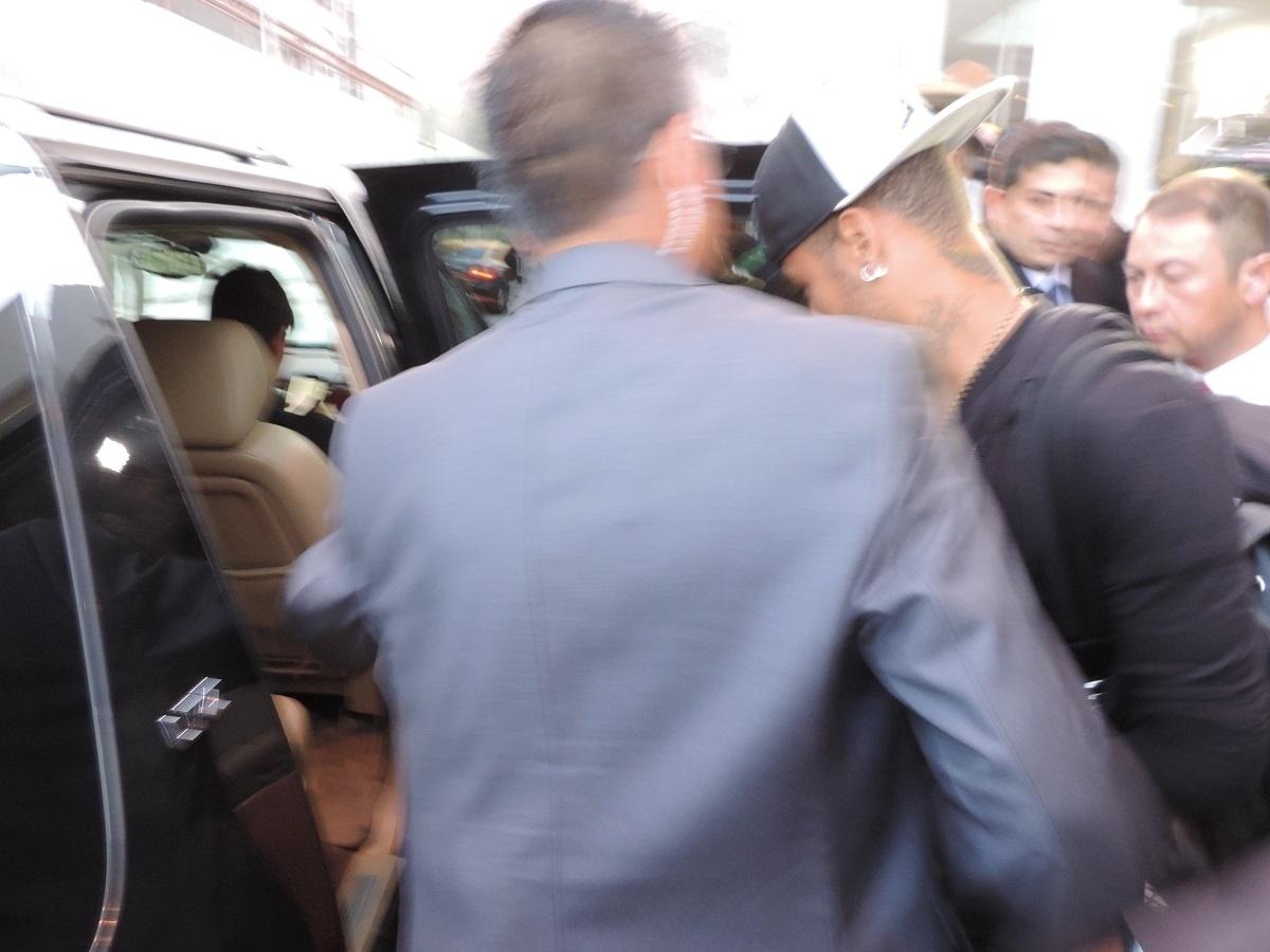 22.jun.2015 - Neymar deixa o hotel da seleção brasileira em Santiago rumo ao aeroporto para embarcar para São Paulo. O craque entrou em acordo com a CBF e deixou a delegação, já que está suspenso até o final da Copa América