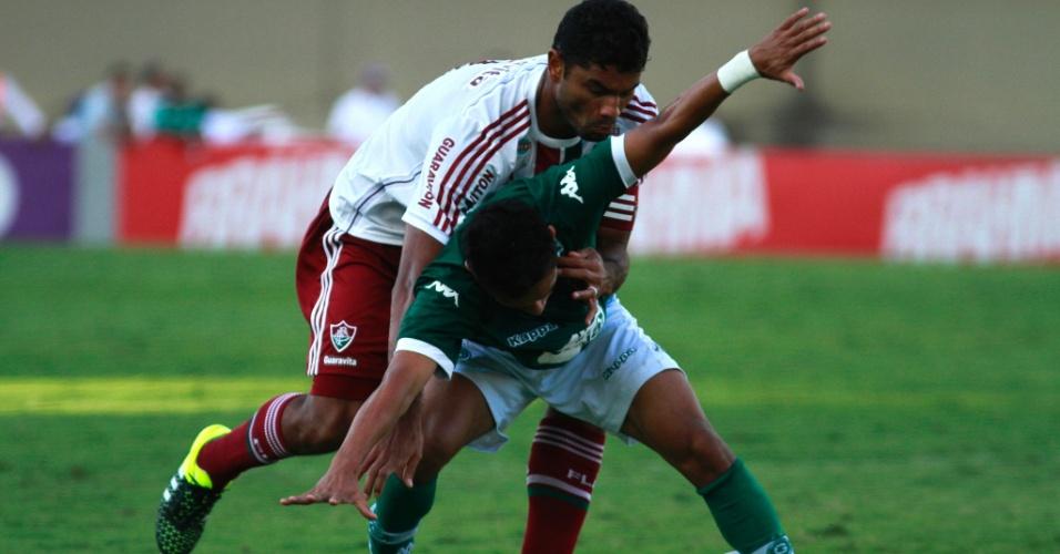 Zagueiro Gum tenta tirar bola de adversário em partida contra o Goiás, pelo Brasileiro