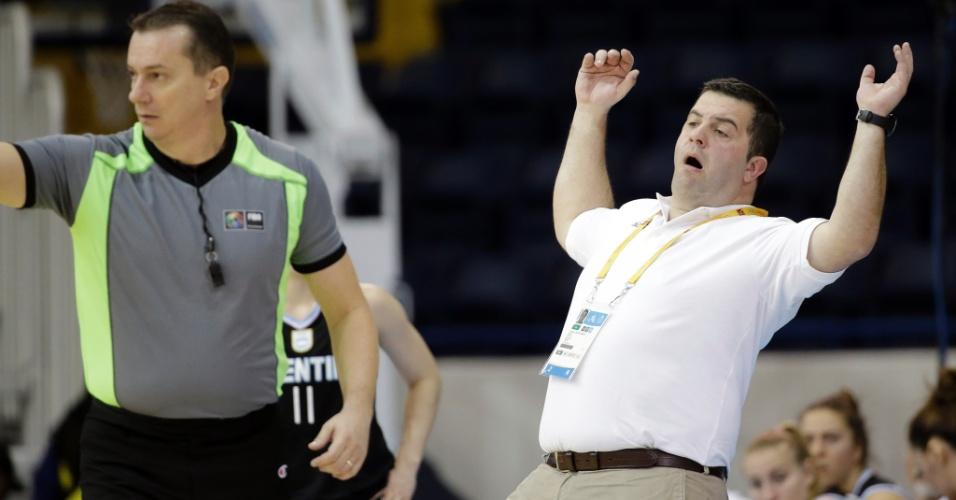 Cristian Santander, técnico da seleção argentina de basquete feminino, reclama durante partida contra Cuba