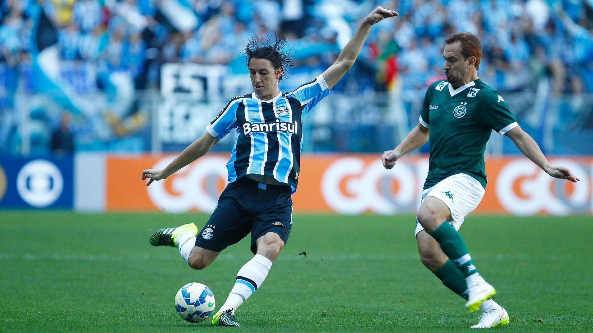 Geromel (esq.), do Grêmio, disputa lance com Zé Love, do Goiás, em partida neste domingo (6), pela Série A do Campeonato Brasileiro