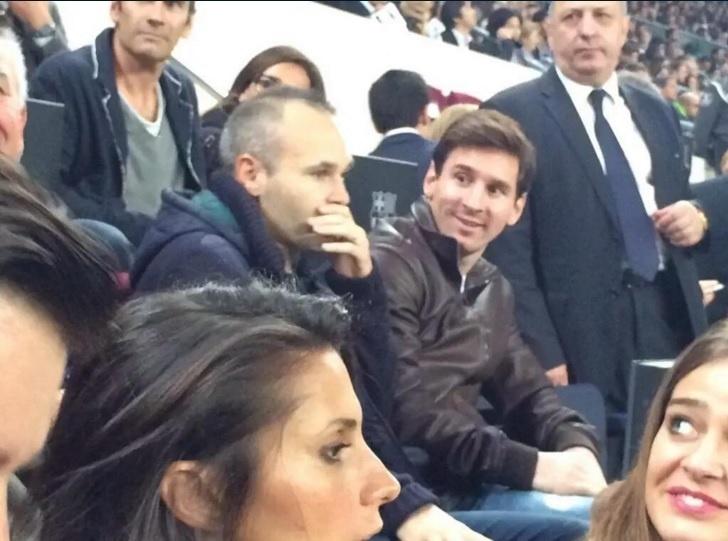 Afastado por uma lesão no joelho, Messi acompanha a partida entre Barcelona e Rayo Vallecano ao lado de Iniesta