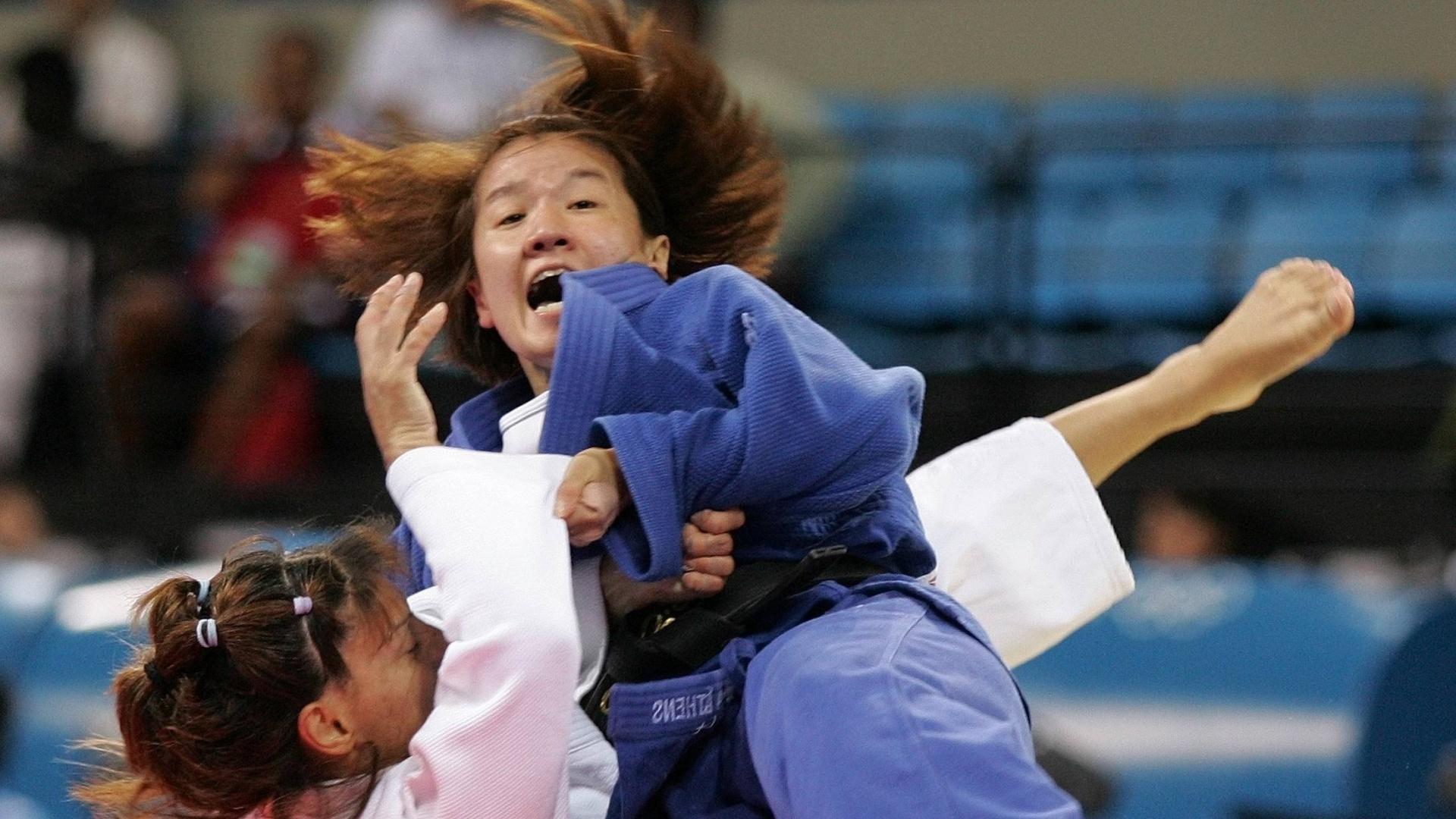 14.ago.2004 - Japonesa Ryoko Tamura Tani aplica um golpe na grega Maria Karagiannopoulou na final do judô na Olimpíada de Atenas