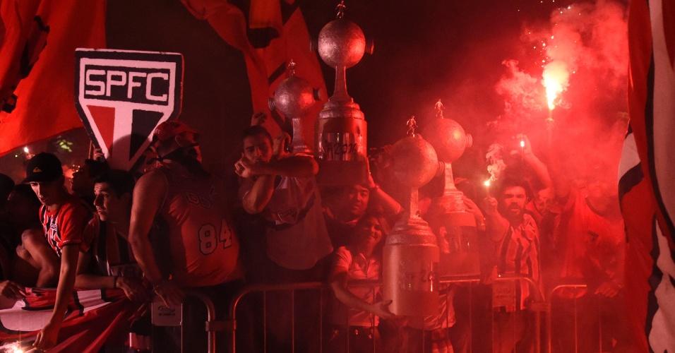 Torcida do São Paulo recebe time com festa na entrada do estáido do Morumbi antes do jogo contra o Atlético Nacional