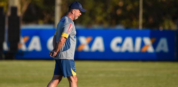 Mano Menezes esboça equipe do Cruzeiro