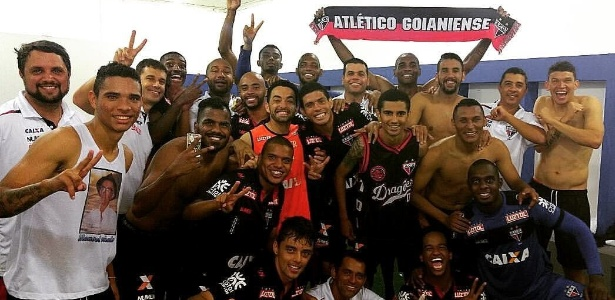 Delegação do Atlético-GO celebra título da Série B, mas elenco não recebe há dois meses