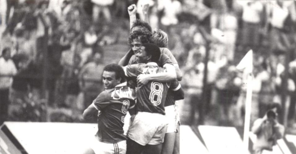 Jogadores do Palmeiras comemoram vitória em jogo da temporada 1986