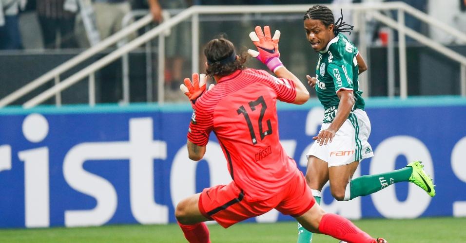 Keno tenta, mas para no goleiro Cássio, durante clássico na Arena Corinthians