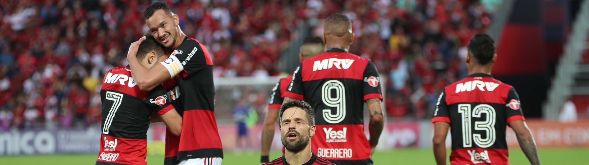 Diego comemora o golaço na vitória sobre o São Paulo. Sucesso junto com Guerrero