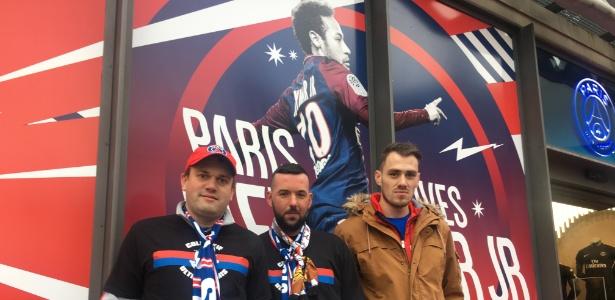Torcedores do PSG posam para foto em frente painel que idolatra Neymar