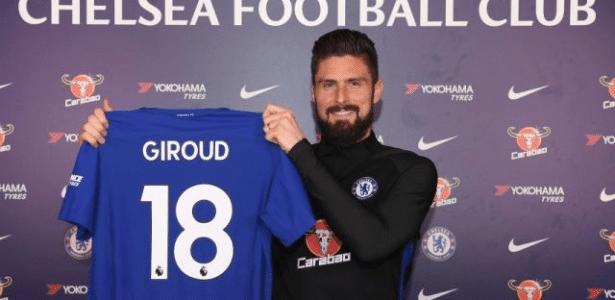 Olivier Giroud posa pela primeira vez como jogador do Chelsea