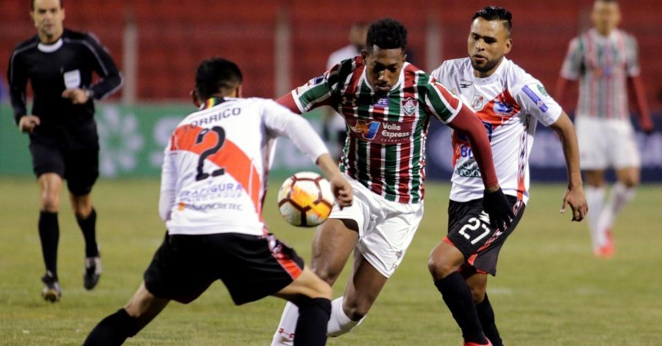 Pablo Diego tenta fugir da marcação durante Nacional Potosí x Fluminense na Copa Sul-Americana