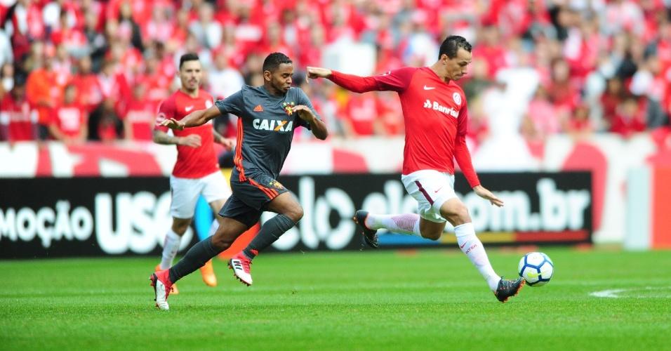 O atacante Leandro Damião em lance da partida entre Sport e Internacional