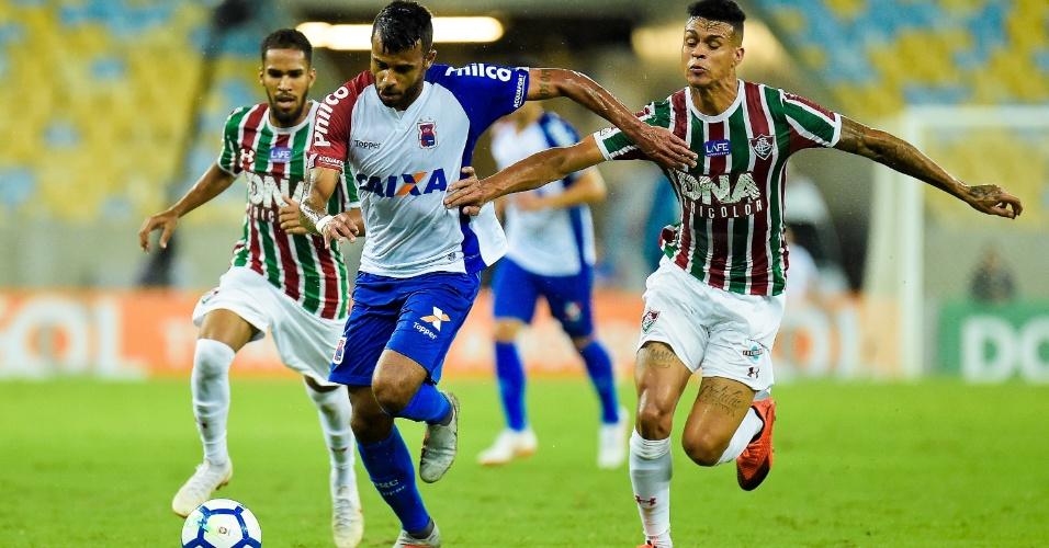 Alex Santana e Richard disputam bola durante partida entre Fluminense e Paraná Clube