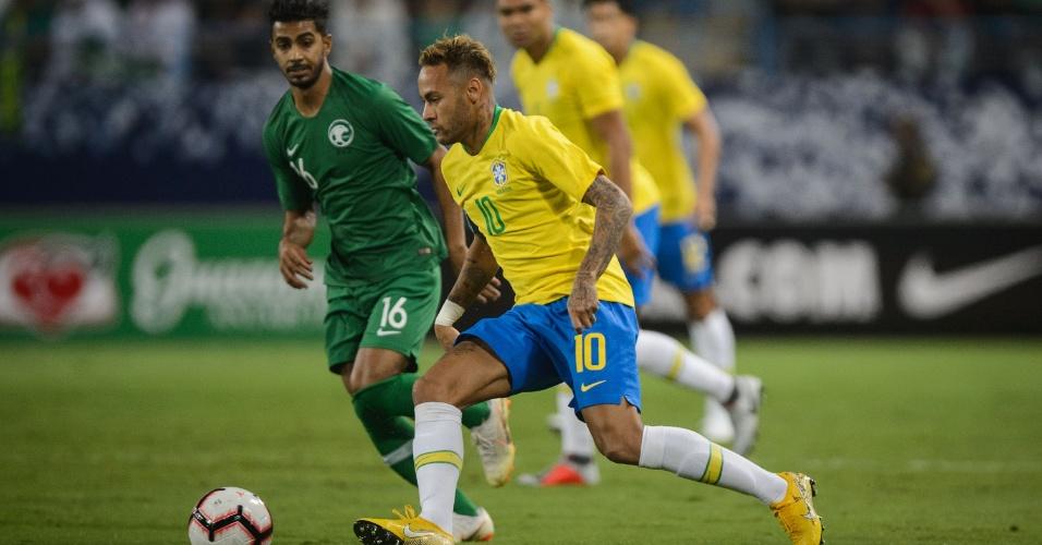 Neymar tenta jogada durante amistoso da seleção brasileira contra a Arábia Saudita