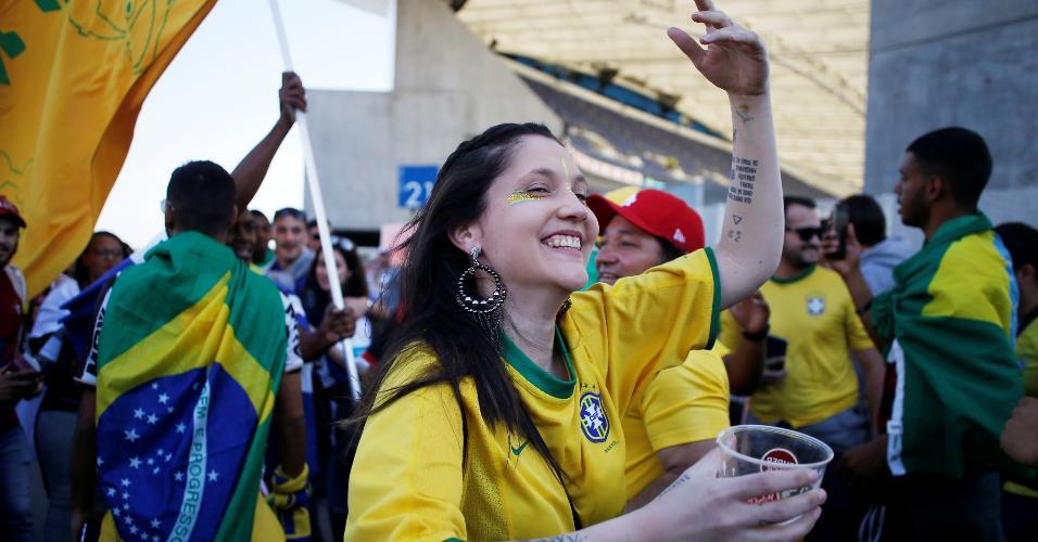 Empolgada, brasileira dança antes de amistoso entre Brasil e Panamá