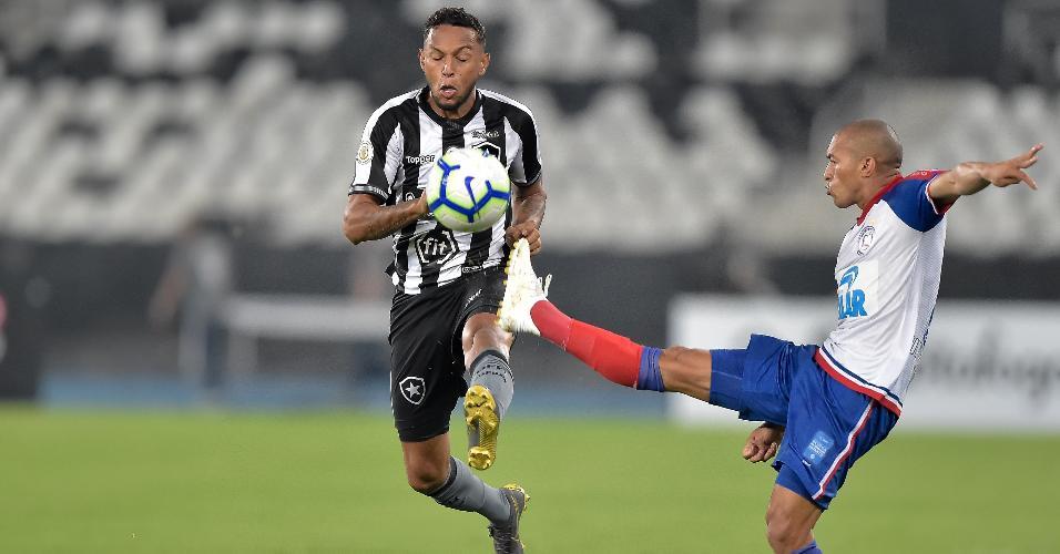 Gilson disputa bola com Nino Paraíba durante Botafogo x Bahia
