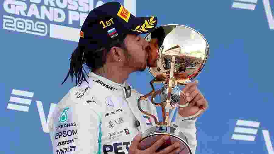 Lewis Hamilton com o troféu do GP da Rússia - Maxim Shemetov/Reuters