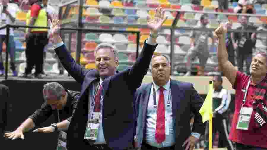 Rodolfo Landim (à frente) e Marcos Braz (c) observam torcida. Dupla discorda sobre retorno após quarentena do Covid-19 - Alexandre Vidal/Flamengo