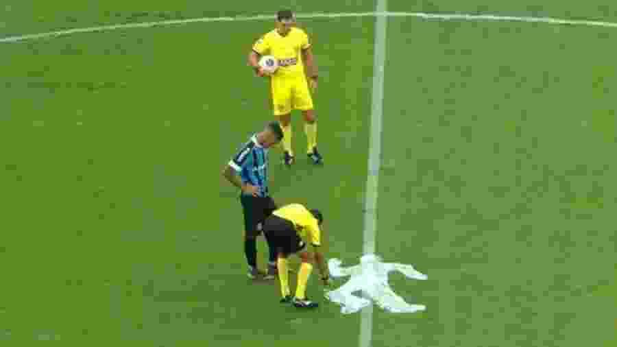 Silhueta de corpo desenhada na final da Copa São Paulo pelo quarto árbitro Leandro Carvalho da Silva - Reprodução/SporTV