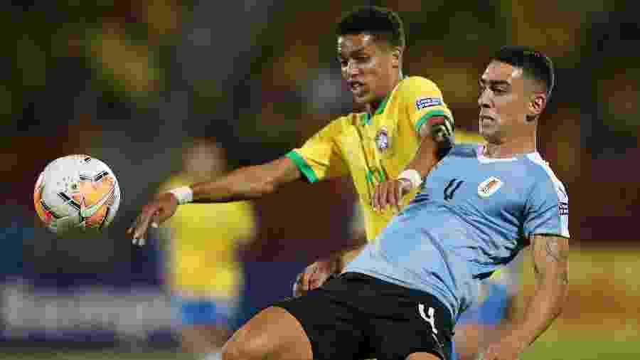 Pedrinho em ação pela selação brasileira contra o Uruguai no Pré-Olímpico - Luisa Gonzalez/Reuters