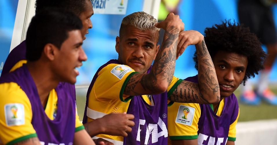 Daniel Alves assiste do banco de reservas a partida entre Brasil e Alemanha, na Copa do Mundo de 2014