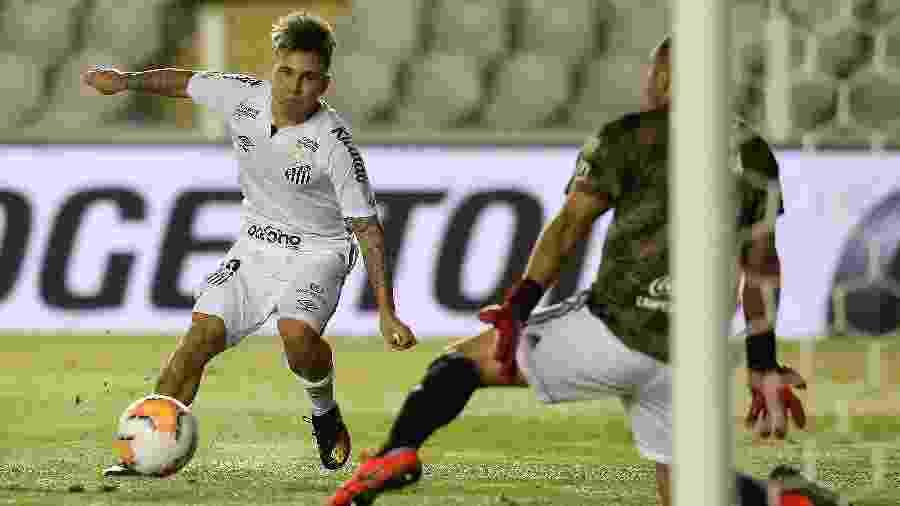 Soteldo tenta finalização durante Santos x Olímpia pela Copa Libertadores 2020 - Guilherme Dionizio - Pool/Getty Images