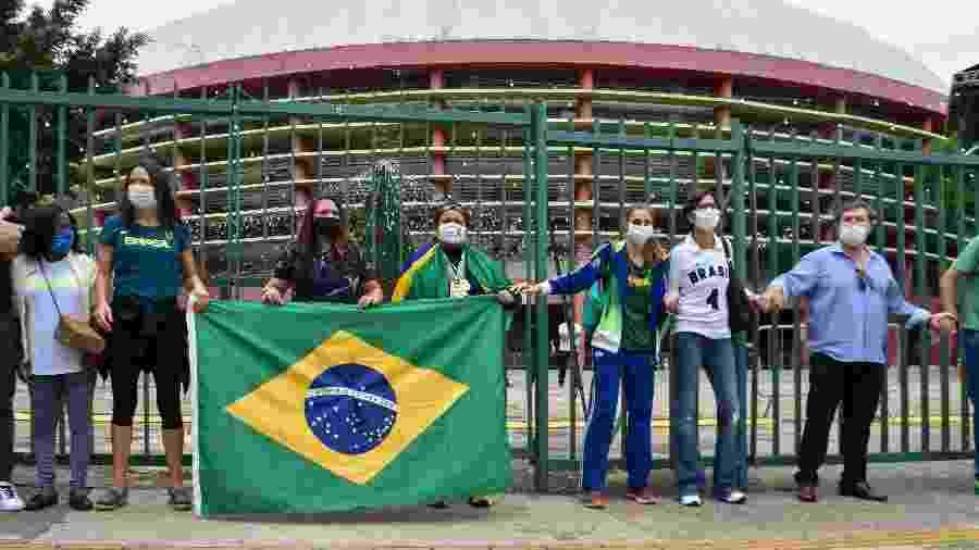 """Protesto contra a privatização do ginásio do Ibirapuera teve """"abraço coletivo"""" no complexo - ROBERTO CASIMIRO/FOTOARENA/FOTOARENA/ESTADÃO CONTEÚDO"""