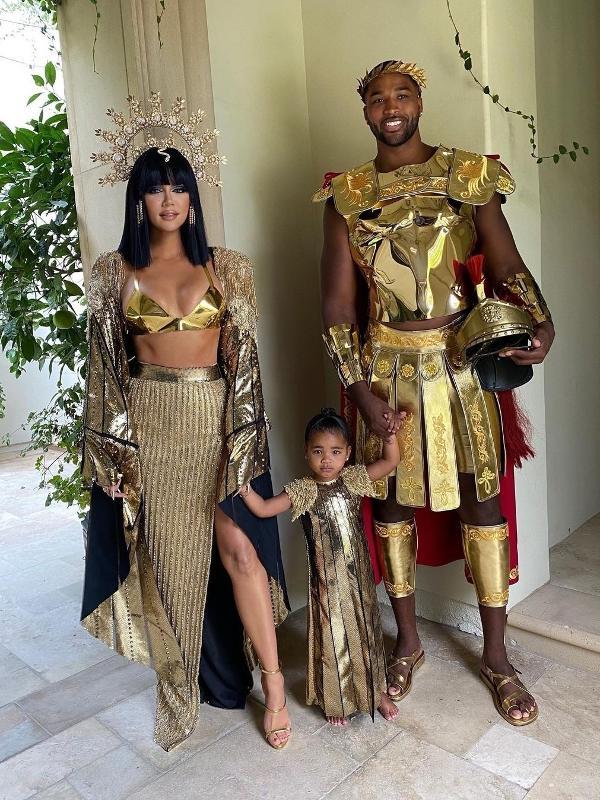 Khloé Kardashian e Tristan Thompson, com a filha True