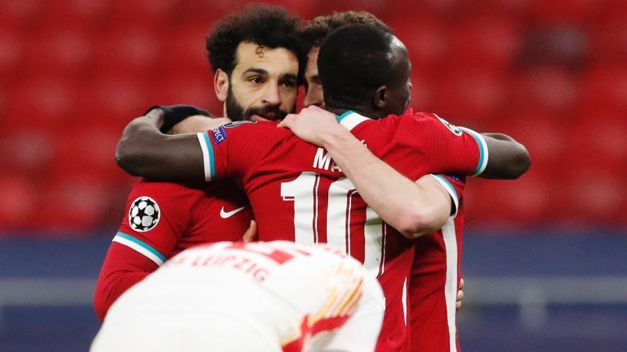 Mané e Salah comemoram o segundo gol do Liverpool contra o Red Bull Leipzig - BERNADETT SZABO/REUTERS