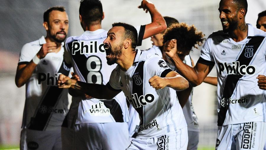 Moisés comemora gol da Ponte Preta - Rodrigo Corsi/Paulistão