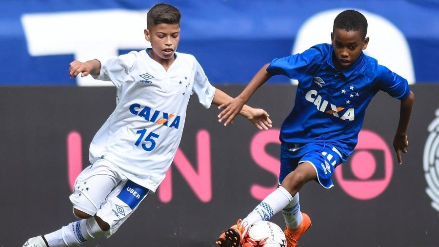 Estevão Willian (à direita) em jogo da base do Cruzeiro - Divulgação/ Estádio do Mineirão