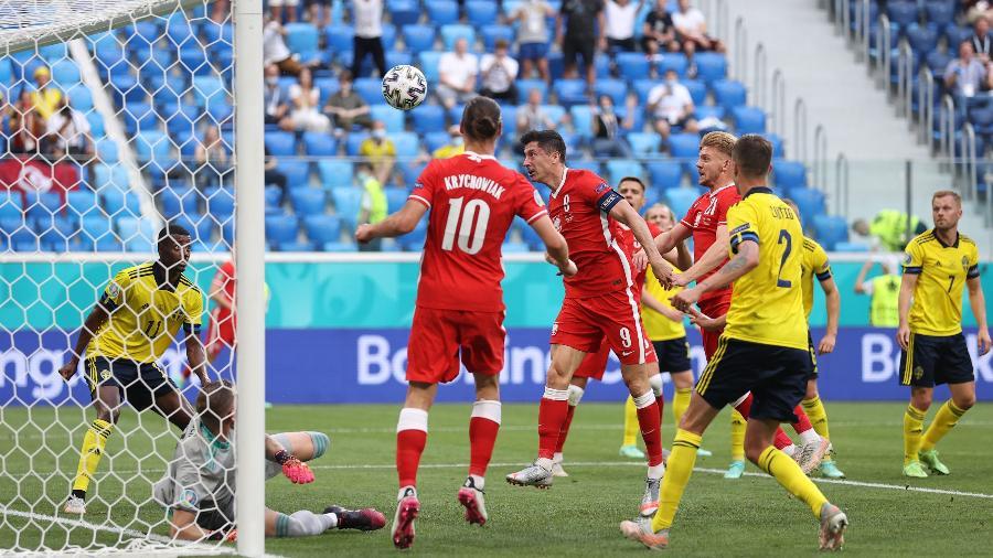 Lewandowski cabeceia no travessão durante partida entre Polônia e Suécia, pela Eurocopa - REUTERS/Lars Baron