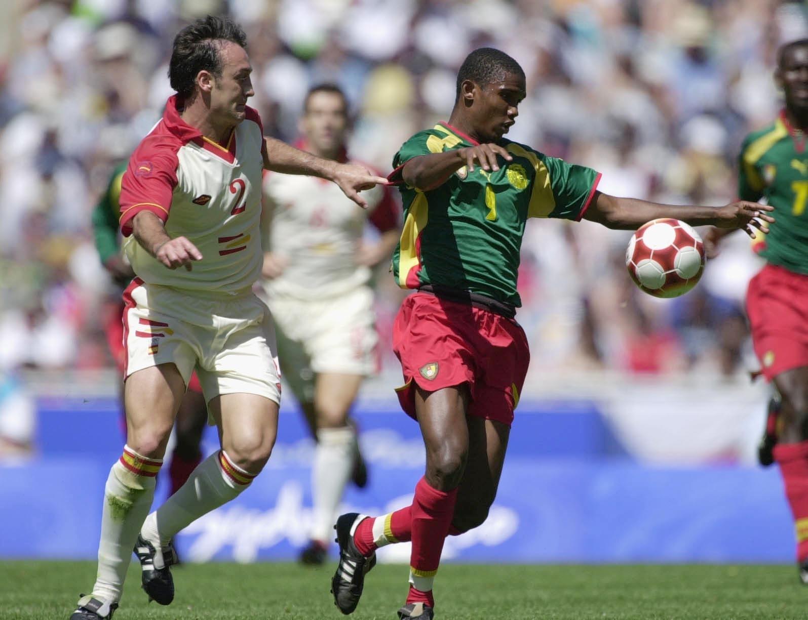 Samuel Eto'o, de Camarões, em duelo contra a Espanha pela medalha de ouro nas Olimpíadas de Sydney, em 2000