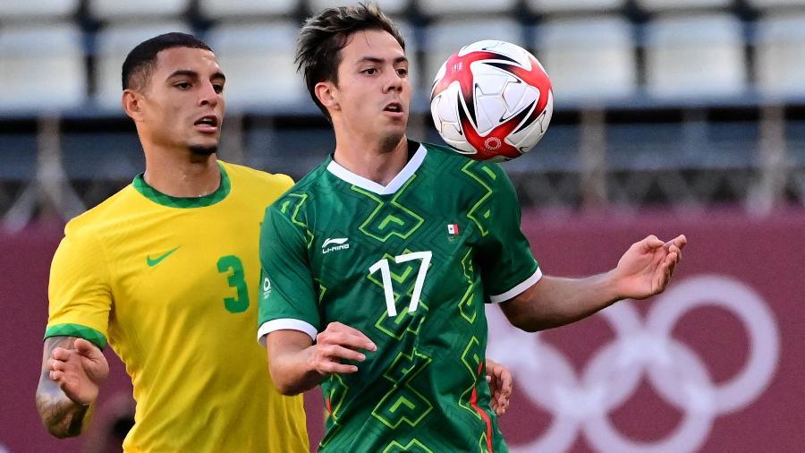 Sebastian Córdova, do México, tenta jogada sob a marcação de Diego Carlos, do Brasil - Pedro Pardo/AFP
