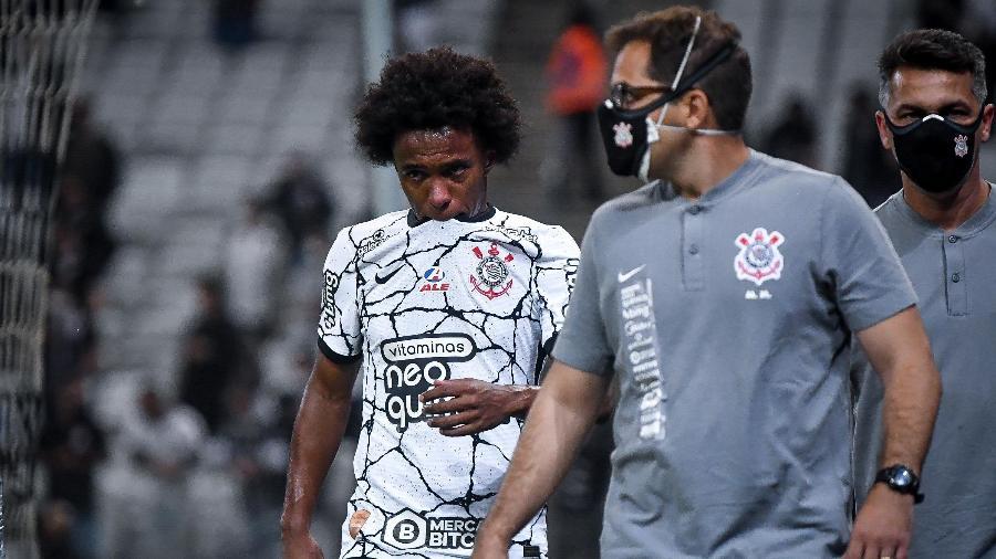 Willian deixa o campo chorando após sentir lesão em Corinthians x Fluminense - ANDRÉ ANSELMO/FUTURA PRESS/FUTURA PRESS/ESTADÃO CONTEÚDO