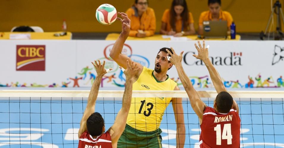 Maurício de Souza encara o bloqueio de Porto Rico na partida pela semifinal do vôlei masculino no Pan de Toronto