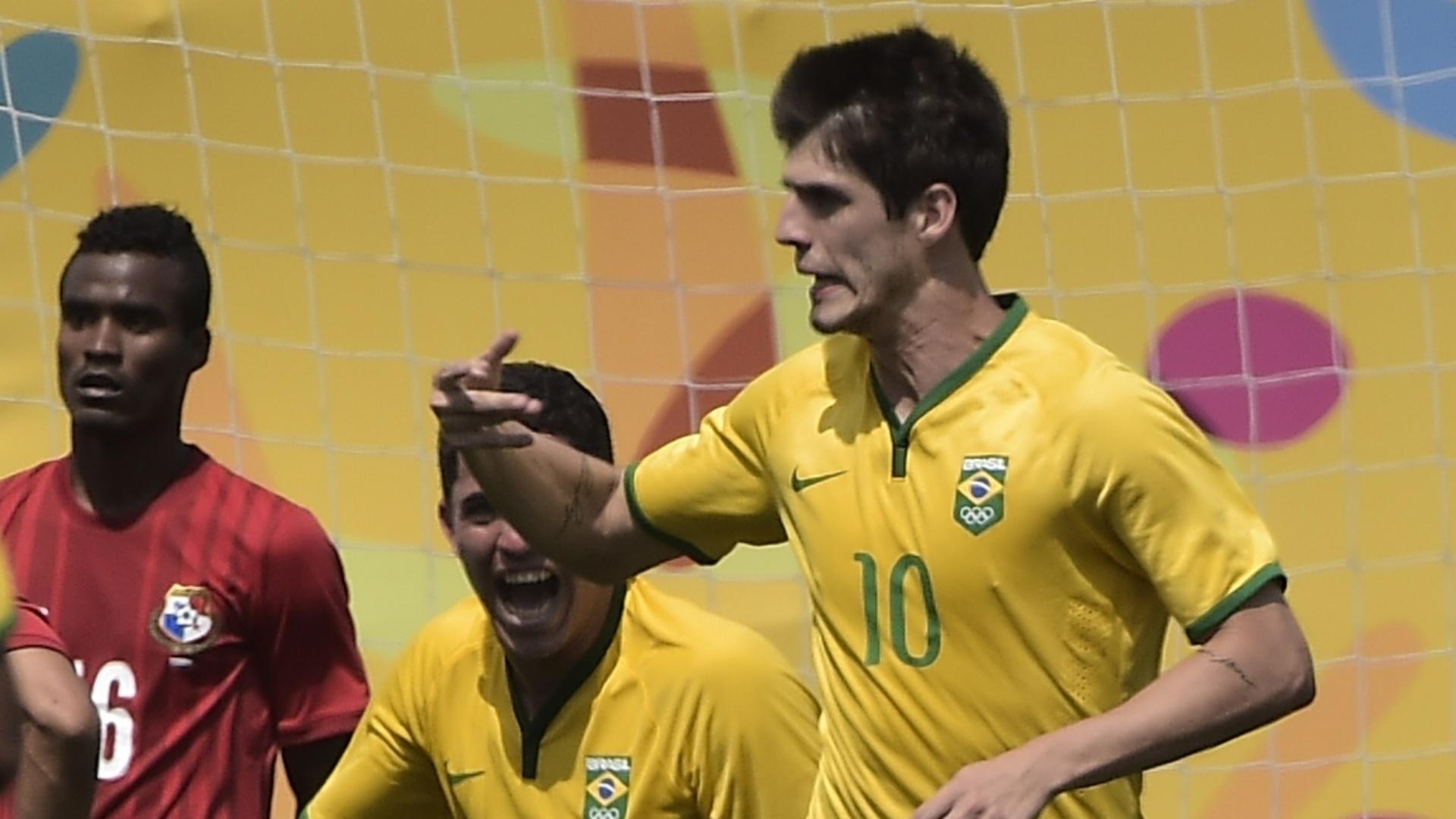 Lucas Piazon comemora o segundo gol do Brasil sobre o Panamá