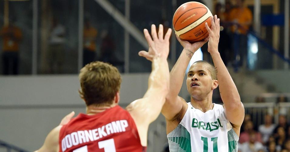 Rafael Hettsheimeir tenta o arremesso na final do basquete masculino contra o Canadá