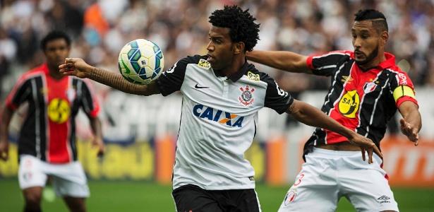 Zagueiro Gil deixou a concentração do Corinthians nos EUA para negociar saída - Eduardo Knapp/Folhapress