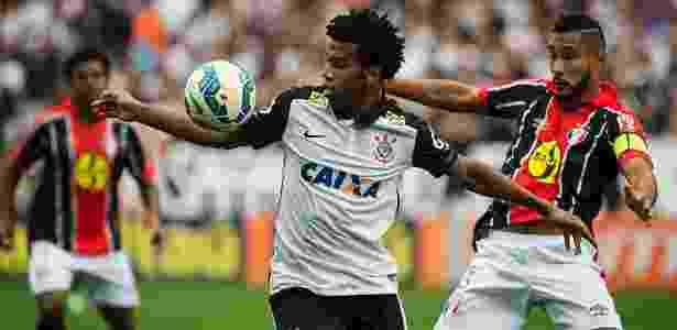 Gil domina a bola no campo de ataque do Corinthians - Eduardo Knapp/Folhapress - Eduardo Knapp/Folhapress