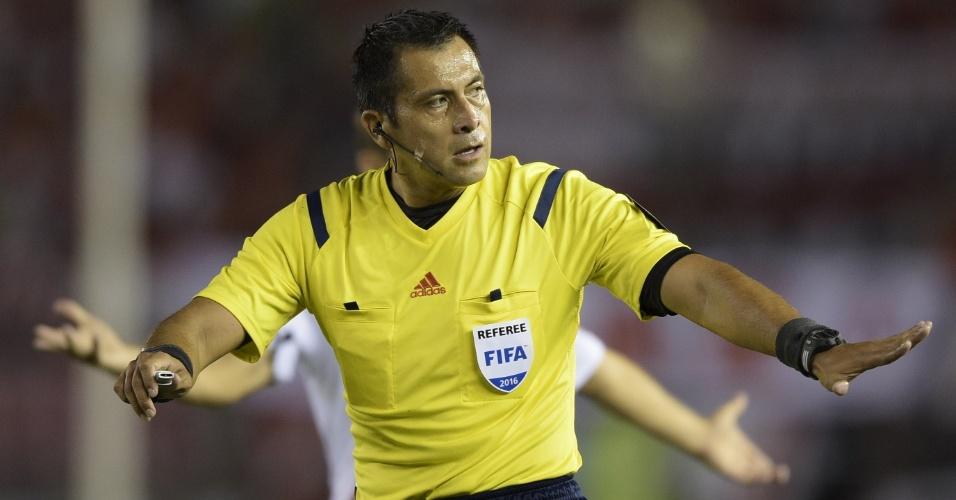 Árbitro Julio Bascunan em ação durante a partida entre River Plate e São Paulo pela Libertadores