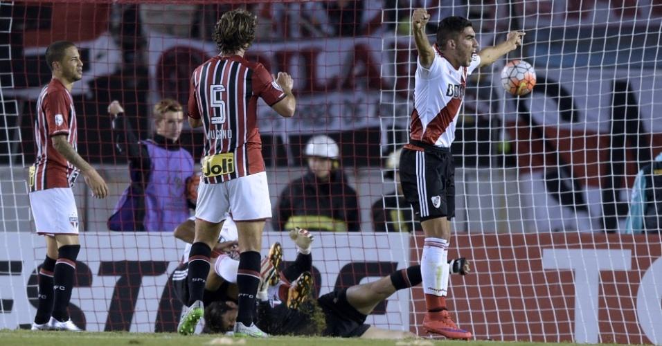 Denis fica no chão depois de rebater a bola nas costas de Thiago Mendes e dar o gol para o River Plate