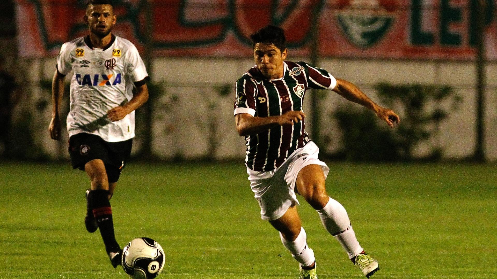 Osvaldo carrega a bola para o Flu contra o Atlético-Pr na final da Primeira Liga