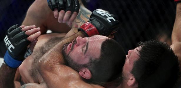 Demian Maia finaliza Matt Brown em luta em Curitiba
