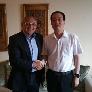 Felix Magath (à esquerda) é apresentado no Shandong Luneng